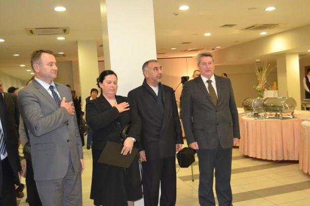 Alija Avdic sa dvoje ambasadora i zzupanom