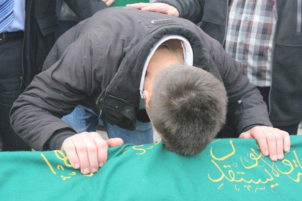 stotine-ljudi-oprostilo-se-od-mladica-koji-su-poginuli-skupljajuci-ugalj_1424796875_3