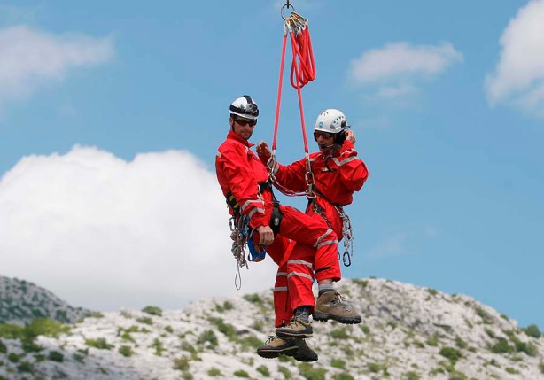 Split, 100611. Planina Mosor. Zajednicka helikopterska vjezba svicarskih i hrvatskih gorskih sluzbi spasavanja odrzana je na planini Mosor. Na vjezi je pored pripadnika sluzbi spasavanja sudjelovao i Robert Andenmatten jedan od najboljih svjetskih pilota helikoptera. Foto: Vojko Basic / CROPIX